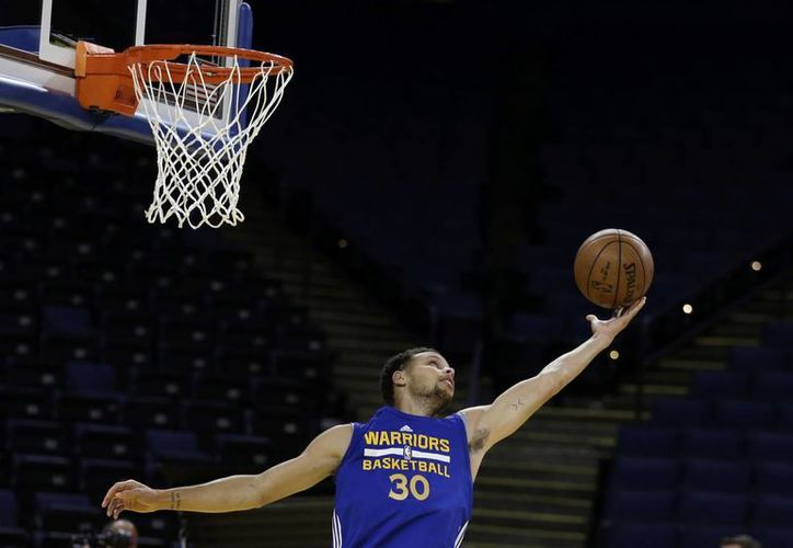 Los Warriors, liderados por Stephen Curry, parten como favoritos ante LeBron James y los Cavaliers en las finales de la NBA. En la imagen, Curry durante los entrenamientos de este martes. (AP)