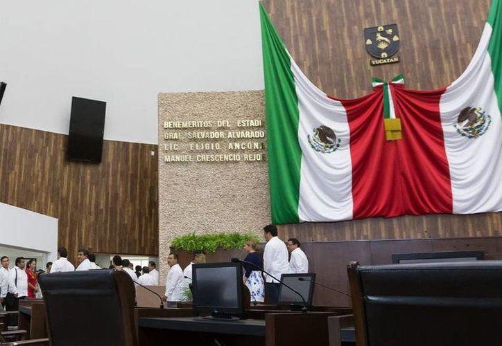 Imagen de las curules que ocuparán los diputados electos en el nuevo Congreso de Yucatán ubicado en periférico. (Milenio Novedades)