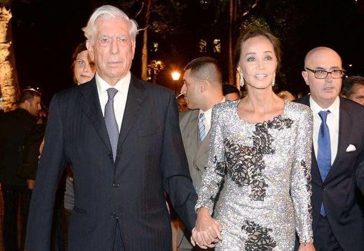El escritor peruano Mario Vargas Llosa y la modelo filipina Isabel Preysler en su llegada a un evento empresarial, la semana pasada en Nueva York. (Patrick McMullan/ rumbotx.com)