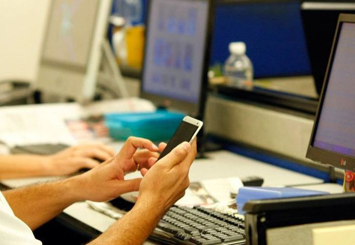 El uso de teléfonos celulares en el trabajo se ha convertido ya en un problema de riesgo de trabajo, pues se encuentra entre los motivos de distracción que generan el 40 por ciento de los accidentes en el trabajo. (Milenio Novedades)