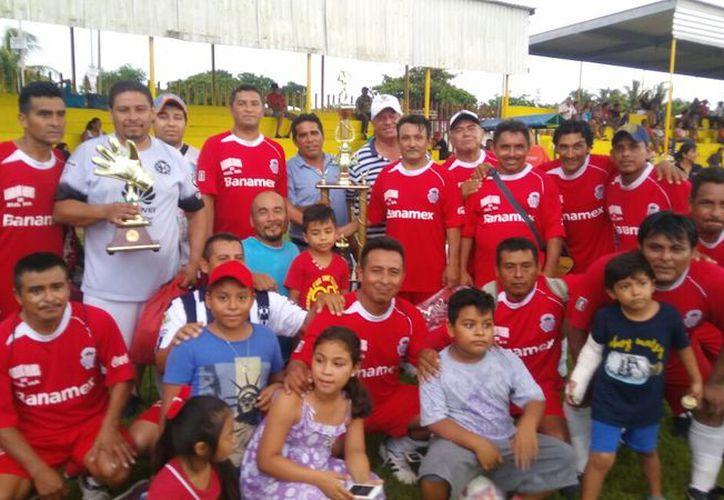 Los directivos de la liga fueron los encargados de entregar los respectivos trofeos. (Miguel Maldonado/SIPSE)