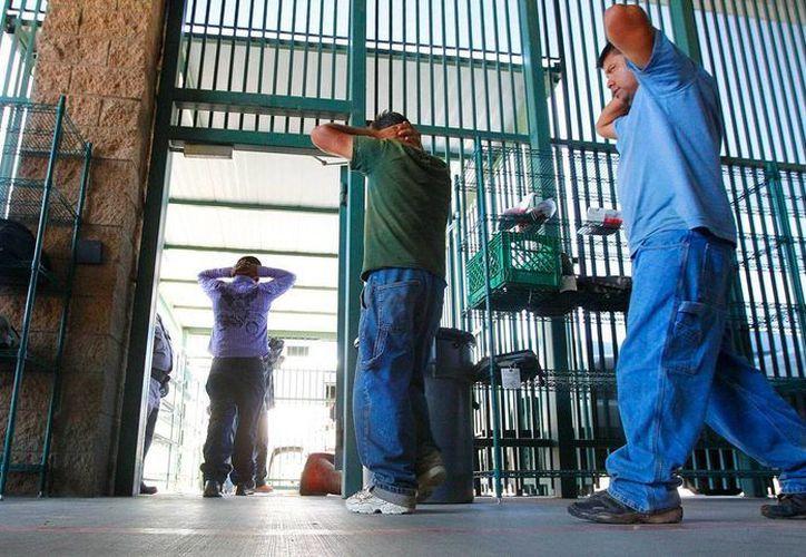 Imagen del 9 de agosto de 2012, de inmigrantes indocumentados transferidos a un centro privado desde el sector de Aduanas de Tucson, Arizona. (Foto de archivo: AP/Ross D. Franklin)