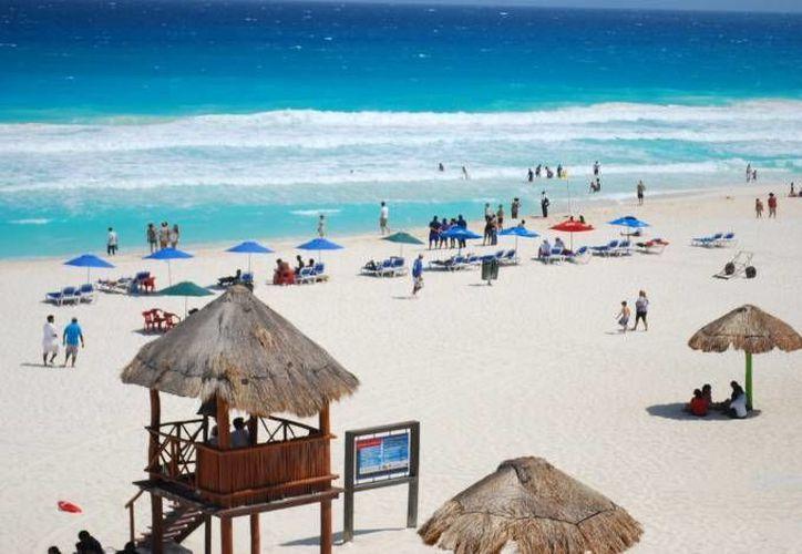 Playa Delfines conserva la certificación Blue Frag. (Tomás Álvarez/SIPSE)
