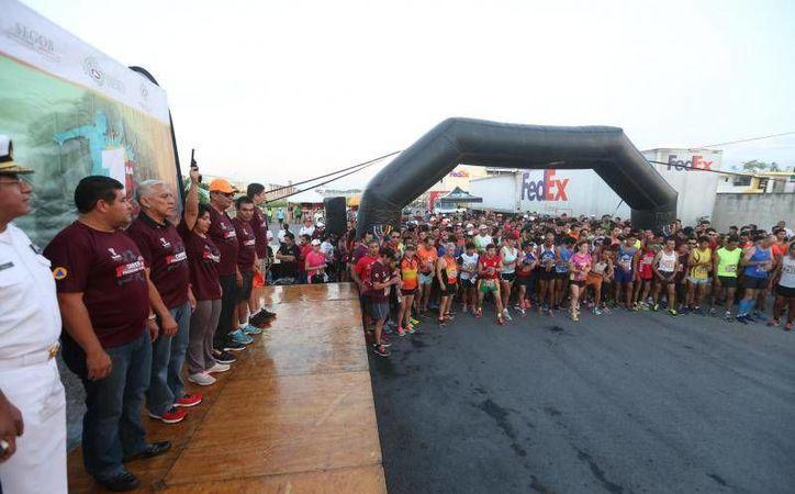 El ganador de la competencia fue el corredor con el número 0039, Roberto Ruiz Castillo. Imagen del momento del arranque de la carrera. (@pcivilyucatan)