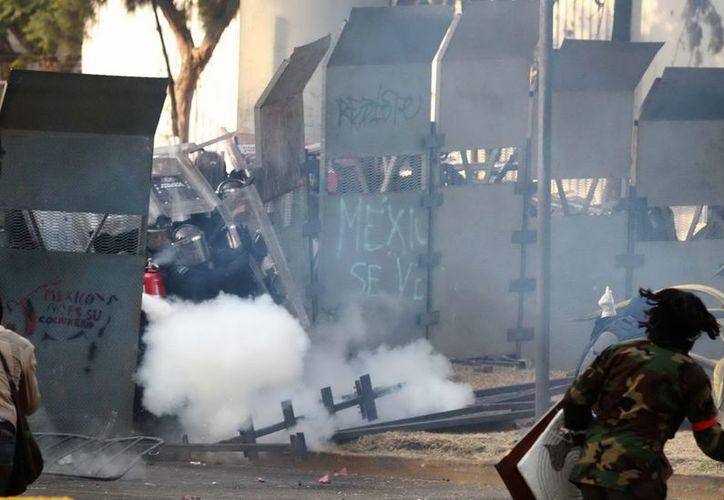 Durante las violentas manifestaciones, varios civiles y policías resultaron lesionados. (Archivo Notimex)