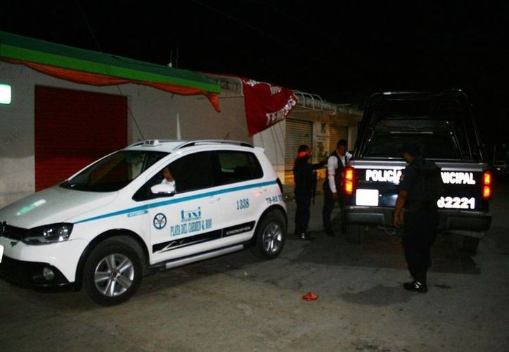 La taxista pidió apoyo policial luego de que el pasajero se negara a pagarle el servicio. (Redacción/SIPSE)
