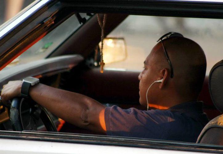 Muchos guiadores no respetan el reglamento vial, ni saben darle el paso a otro. (Milenio Novedades)