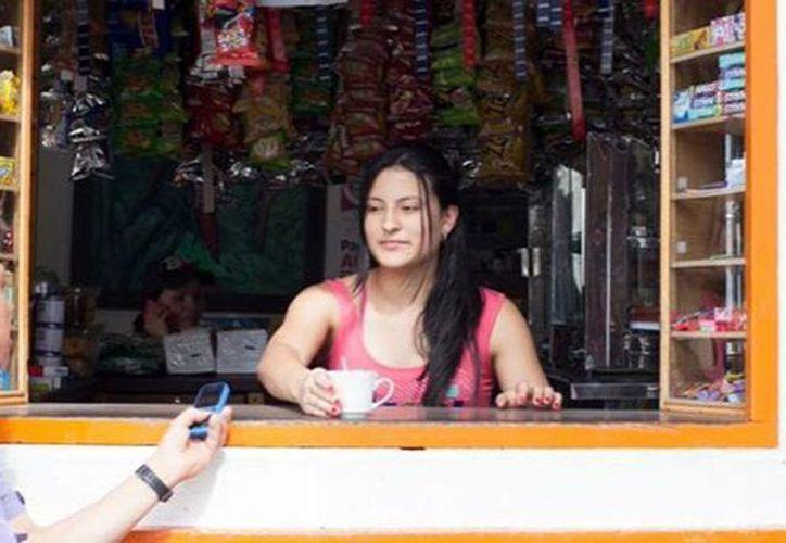 Un habitante del municipio de Concepción realiza un pago en una tienda desde su celular. (elheraldo.co)