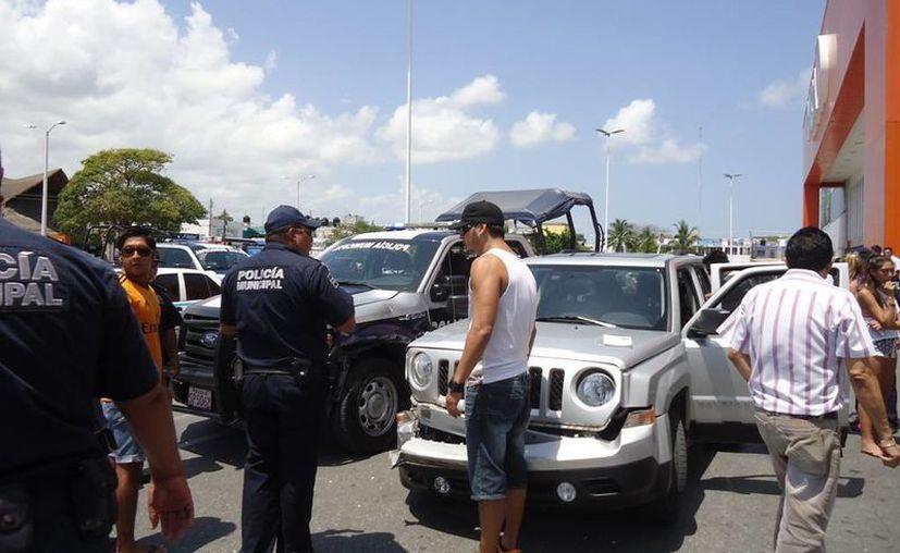 Los jóvenes reaccionaron antes los policías con insultos y agresiones. (Redacción/SIPSE)