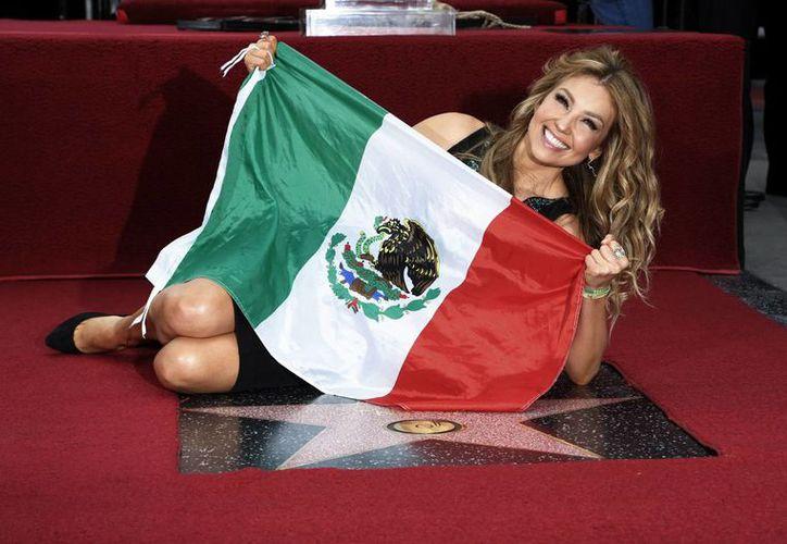 Thalía, cantante, actriz y empresaria, estuvo tan contenta con su estrella que posó con la bandera mexicana. (Agencias)