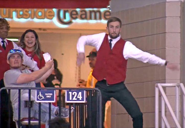 El acomodador bailó durante un tiempo muerto del partido que enfrentó a los Portland Trail Blazers y los Houston Rockets. (Captura de Pantalla)