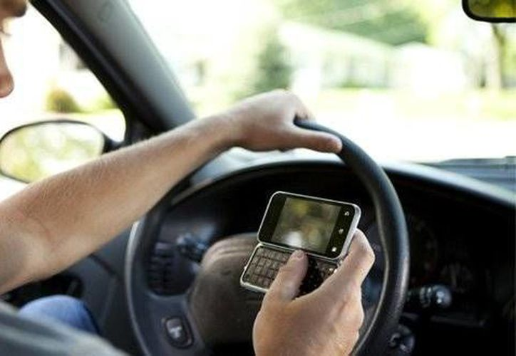 Conducir y usar el celular al mismo tiempo, es la principal causa de accidentes.  (Foto de contexto/Internet)
