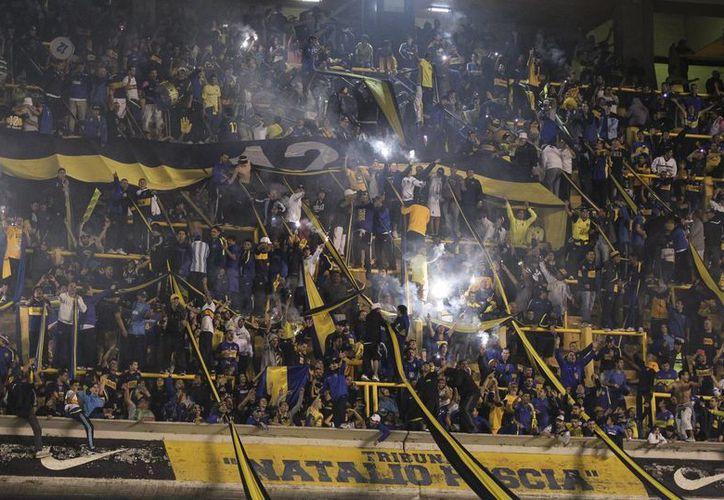 Siete socios de Boca Juniors fueron expulsados y dos más fueron suspendidos a consecuencia del ataque con gas pimienta contra jugadores de River Plate en los octavos de final de la Copa Libertadores. La foto corresponde al 14 de mayo, cuando ambos clubes se enfrentaron en el estadio de Boca Juniors en Buenos Aires, Argentina. (EFE/Archivo)