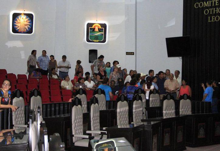 Ciudadanos que se quedaron a dormir en el Congreso del Estado la noche del lunes integraron un Comité Ciudadano 'vigilante'. (Ángel Castilla/SIPSE)