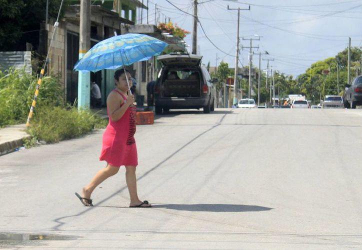 La Secretaría Estatal de Salud recomendó a la población hidratarse y protegerse del sol, además de consumir alimentos en la calle. (Harold Alcocer/SIPSE)