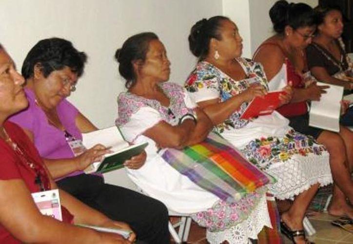 Las mujeres, por tradición familiar, se resignan a ser maltratadas por sus esposos. (Carlos Yabur/SIPSE)
