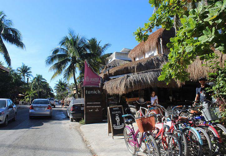 En el camino aparcan motos, vehículos y cuatrimotos, y casi nadie se da cuenta que por ahí se puede llegar a la playa. (Sara Cauich/SIPSE)