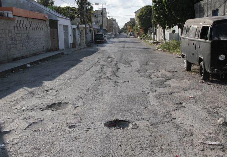 La Dirección de Servicios Públicos trabaja con los reportes que emiten los ciudadanos sobre las calles dañadas. (Tomás Álvarez/SIPSE)