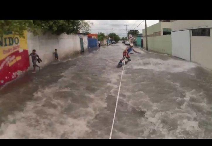 Captura de pantalla del video que muestra a un grupo de jóvenes practicando 'wakeboard' en calles de Mérida. (SIPSE)