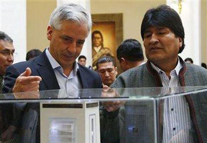 El presidente de Bolivia Evo Morales y el vicepresidente Alvaro Garcia Linera observan la maqueta del nuevo palacio presidencial en La Paz, Bolivia. (Agencias)