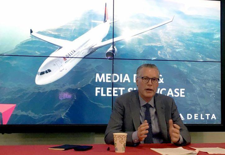 Aeroméxico y Delta Airlines plantearon en 2015 la profundización de su alianza. Imagen de archivo del presidente ejecutivo de la empresa aérea Delta, Ed Bastian, durante una conferencia de prensa en el Media Day & Fleet Showcase, donde habló sobre la alianza con Aeroméxico. (Archivo/Notimex)