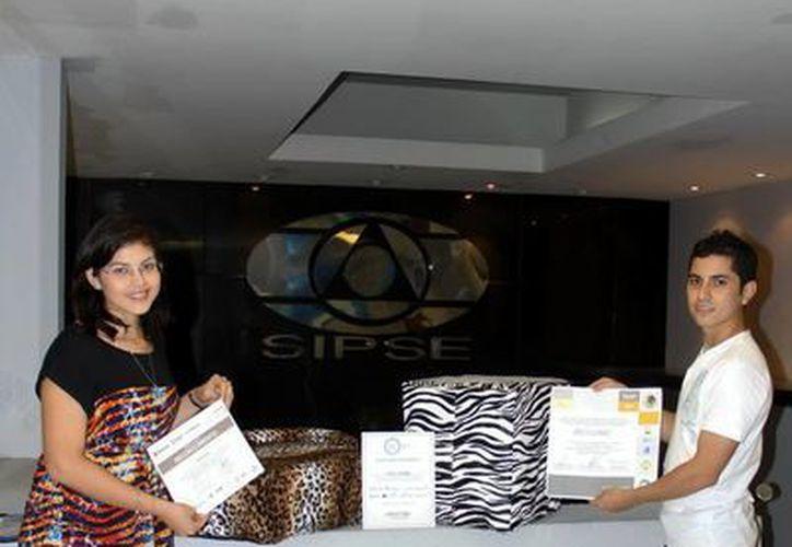 Mariangel Blanco Canché y Pedro Cano Durán, producen tapetes y almohadas personalizadas para mascotas bajo la firma 'Woow' y ayudan a familias de Huhí. (SIPSE)