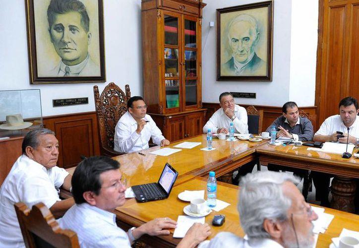 El gobernador Rolando Zapata Bello en reunión ayer con su gabinete territorial. (SIPSE)