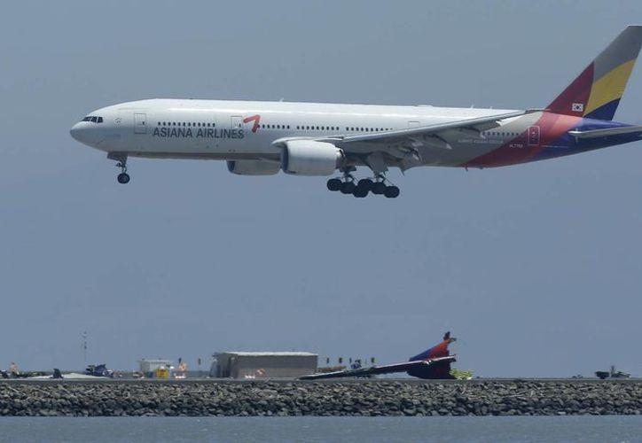 El vuelo 214 de Asiana Airlines se prepara para aterrizar sobre la pista donde tres días antes se registró un accidente fatal de Asiana en el Aeropuerto Internacional de San Francisco. (Agencias)