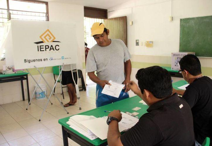 El Iepac abordará el tema del voto de los yucatecos en el extranjero. Imagen de contexto de un ciudadano al momento de emitir su voto (Archivo/Milenio Novedades)