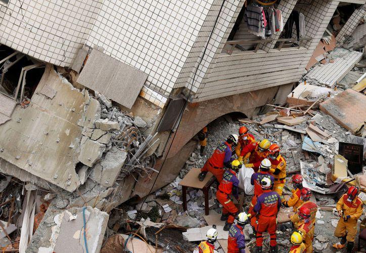 El número de víctimas por el terremoto registrado este martes en Taiwán subió a doce. (Reuters)