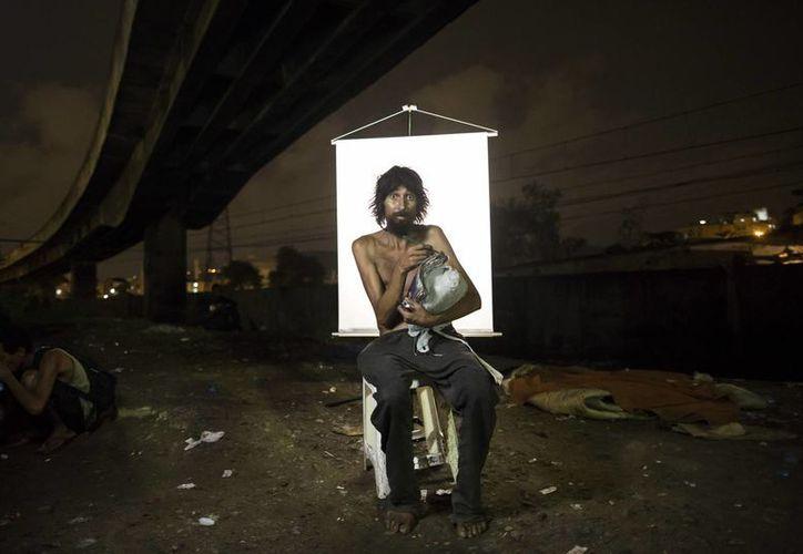 Renato Dias, de 39 años, posa para una fotografía en un punto de venta de crack al aire libre. (Agencias)