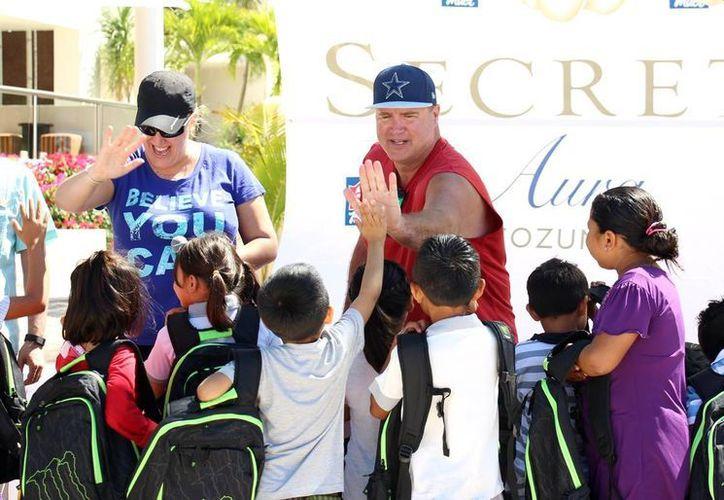 La franquicia del oeste de Canadá, Mac´s Convenience entregó útiles escolares a niños en situación vulnerable de Cozumel. (Cortesía)