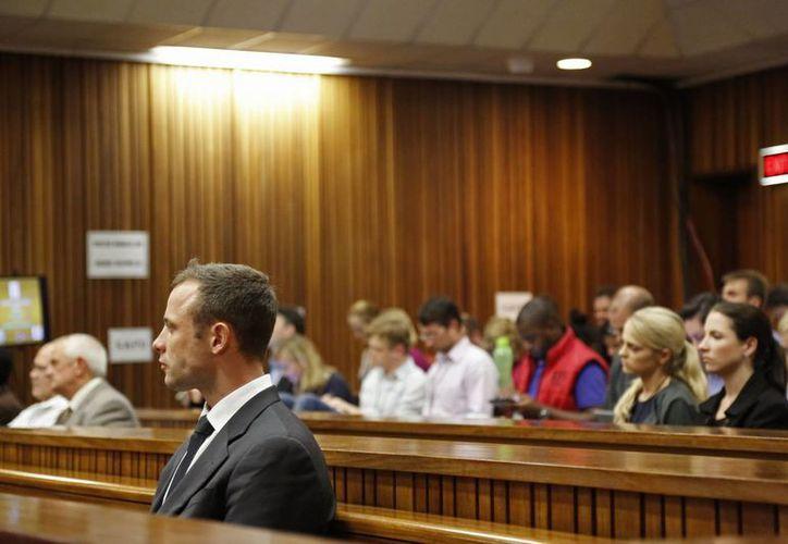 Pistorius atiende en la Corte de Pretoria en el quinto día del juicio que se le sigue por el asesinato de su novia. (Agencias)