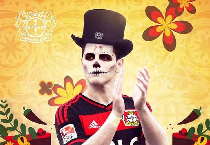 El delantero mexicano Javier Hernández, Chicharito, aparece convertido en catrín, en redes sociales del Bayer Leverkusen, que hacen alusión a la celebración mexicana por el Día de Muertos. (diariodemexicousa.com)