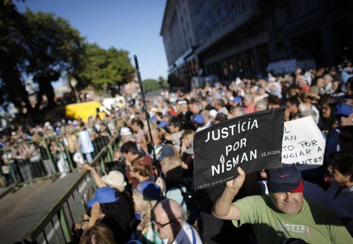 'No venimos a esta plaza histórica a construir un héroe. Venimos a reclamar la verdad' dijeron este miércoles familiares de Alberto Nisman, fiscal muerto en extrañas circunstancias en Argentina hace dos años. (AP)