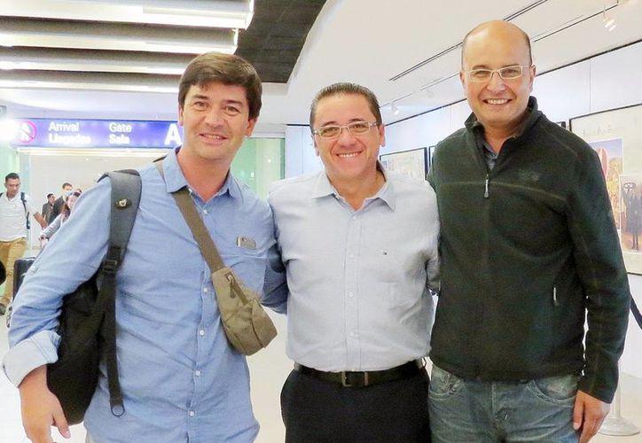 Recepción en el aeropuerto de los concejales chilenos. (Milenio Novedades)