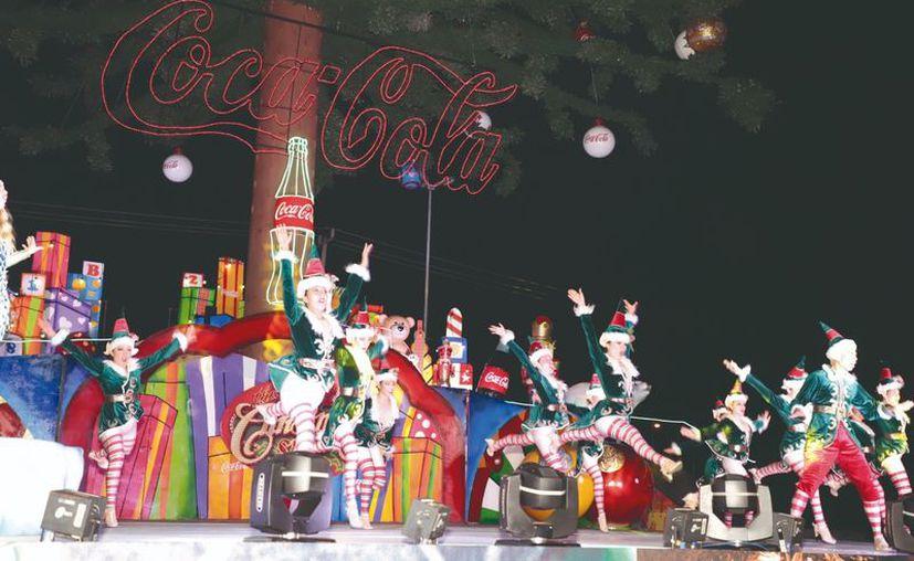 El árbol cuenta con más de 45 metros de altura y por lo menos 100,000 focos de colores y se encenderá mañana domingo con un gran espectáculo navideño.