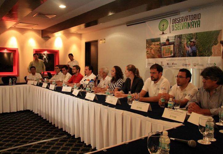 El titular de la Secretaría de Desarrollo Urbano y Medio Ambiente (Seduma), Eduardo Batllori Sampedro (sexto desde la derecha), presidió la creación del Observatorio de la Selva Maya de la Península de Yucatán. (José Acosta/SIPSE)