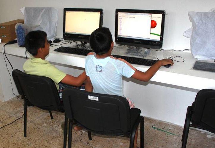 Los niños se conectan por lo menos cuatro horas diarias al Internet. (Redacción/SIPSE)