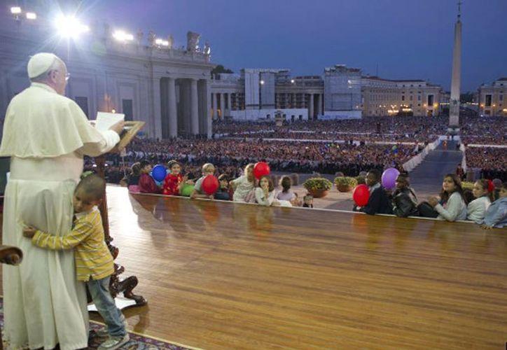 El menor nunca se apartó del Papa desde que llegó a él. (Agencias)