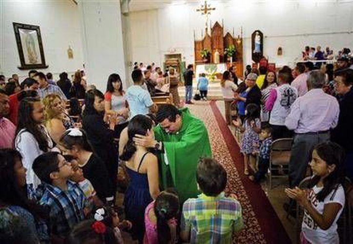 El reverendo William Canales recibe a los feligreses en el Centro Pastoral San Juan Pablo II en Gainesville, Georgia. (Agencias)