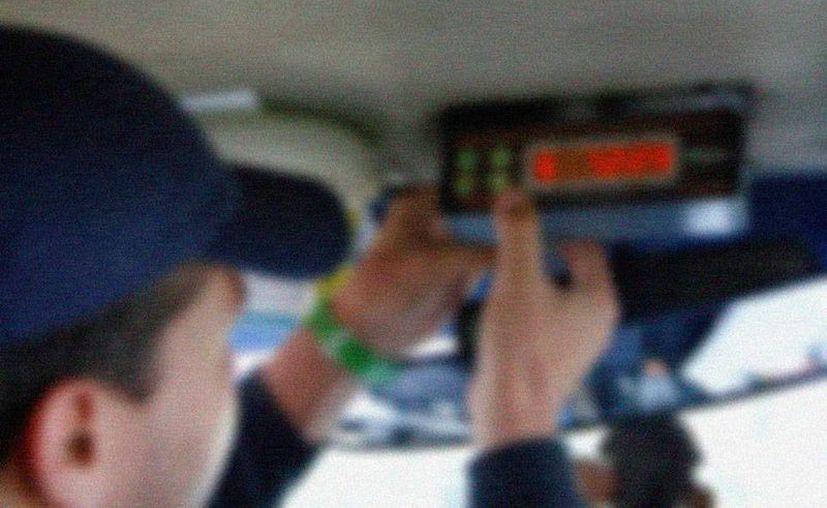 Un joven denunció antes las autoridades que pasajeros que viajaban en un taxi 'pirata' no sólo lo asaltaron sino que también lo 'secuestraron'. La imagen está utilizada solo con fines ilustrativos. (Milenio Novedades)