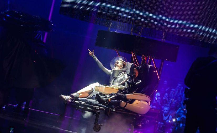 Miley Cyrus (izq) actúa durante la decimonovena edición de los European Music Awards de la cadena MTV, en Amsterdam, Holanda. (EFE)