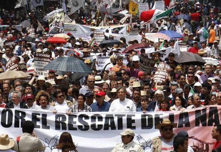 Aspecto de la marcha por la defensa del petróleo convocada ayer por Cuauhtémoc Cárdenas Solórzano en la ciudad de México. (AP)