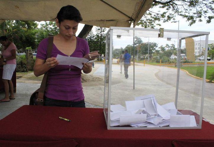 Más de mil afiliados al Siteqroo salieron a elegir al nuevo comité estatal del sindicato para el período 2014–2017. (Sergio Orozco/SIPSE)