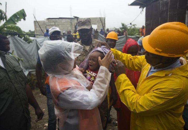 Se espera que esta noche el huracán Matthew afecte a Haití, país que ya comenzó a desalojar a miles de personas que viven en zonas de riesgo. (AP/Dieu Nalio Chery)