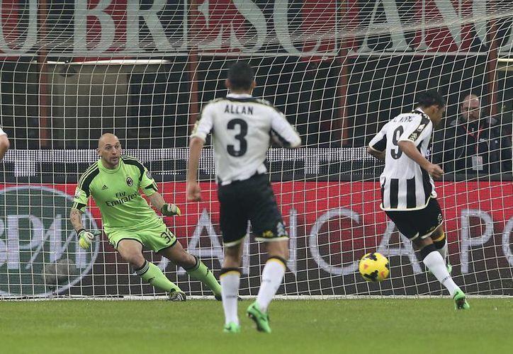 El colombiano Luis Muriel anota de penal el primer gol del Udinese, que al final derrotó al AC Milán y lo eliminó de la Copa de Italia. (Agencias)