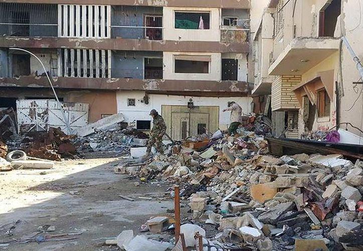 Un coche explotó cerca de una mezquita en la ciudad libia de Bengasi, causando más de una veintena de víctimas mortales. (Foto: RT)