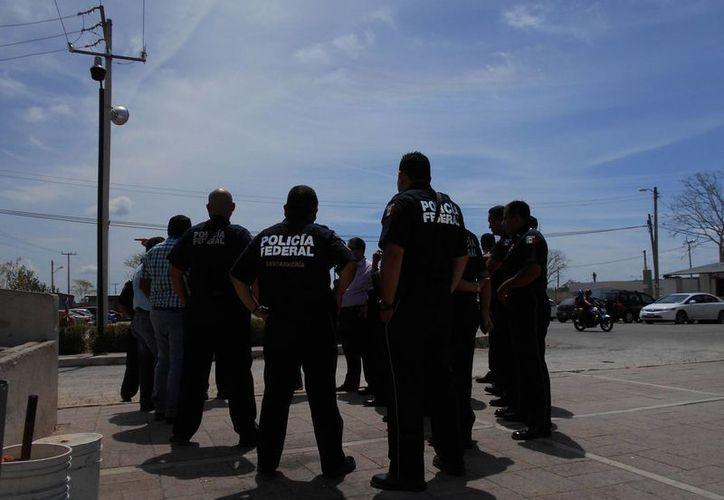 Agentes federales a las puertas del Cereso de Mérida. (Francisco Puerto/SIPSE)