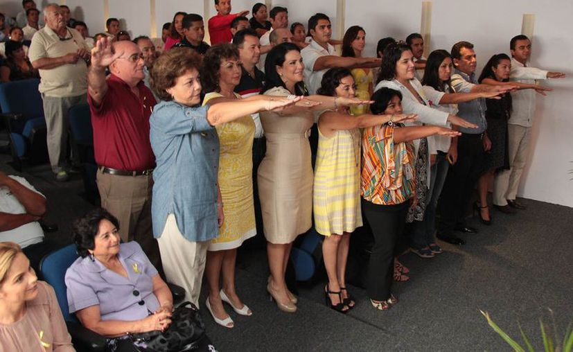 Los miembros del comité durante  la toma de protesta en el auditorio de la Cámara Nacional de Comercios, Servicios y Turismo. (Gustavo Villegas/SIPSE)
